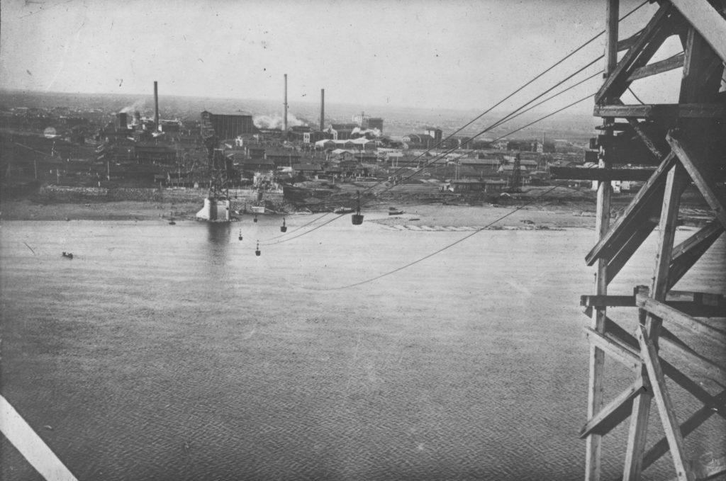 Подвесная канатная дорога, по которой доставлялся уголь на КХЗ с правого берега р.Томь. Вид на левый берег, середина 1920-х годов.