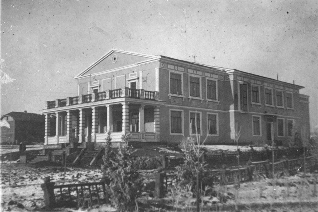 Дом деловых встреч в соцгороде Кемерова. Здесь молодежь проводила вечера занималась в кружках, танцевала, 1924 г.