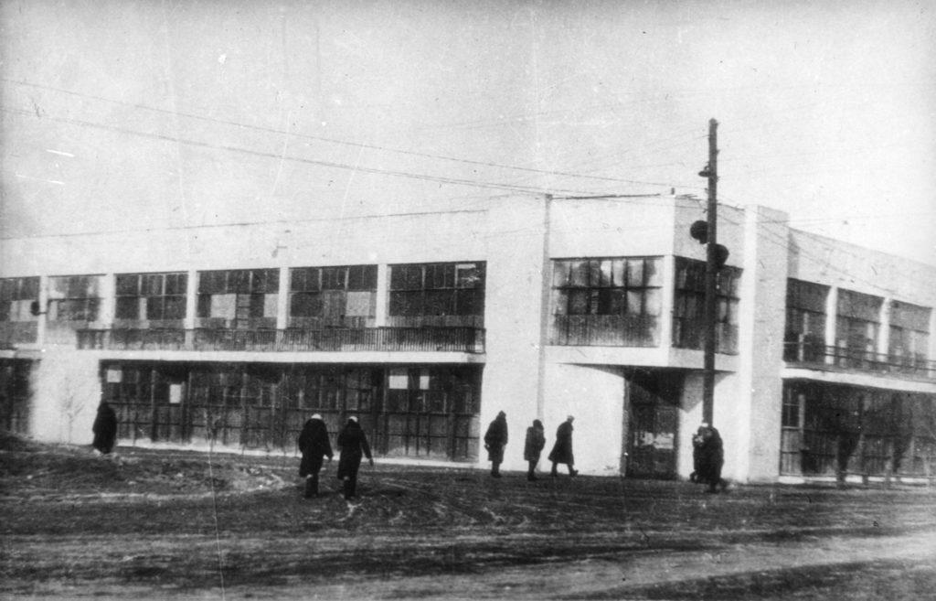 Центральный универмаг в г.Кемерово. Перекресток улиц Кирова и Сталина (сейчас ул.Ноградская), 1940-е годы.
