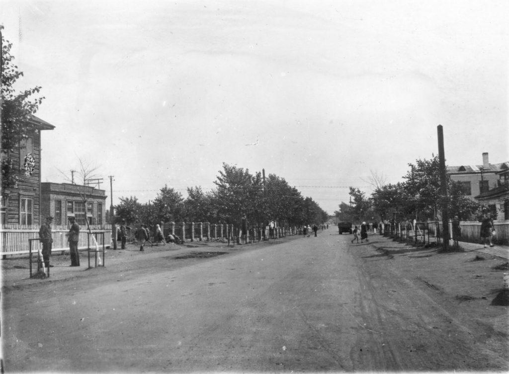 Главная улица рабочего поселка Новая колония, 1947 г.