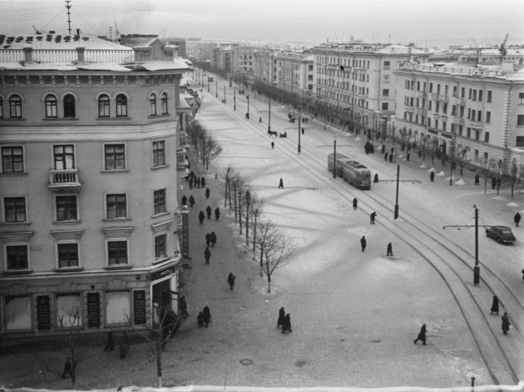 Улица Советская (сейчас пр. Советский). В здании на переднем плане находился магазин Лакомка, 1955 г.