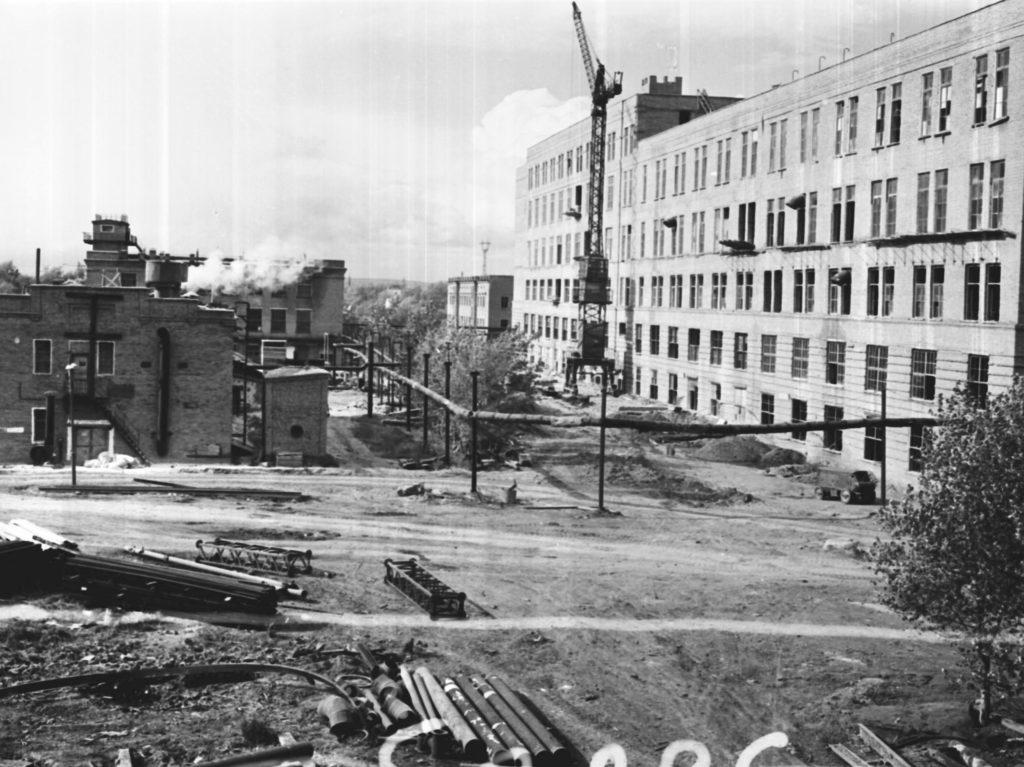 Общий вид строящегося корпуса фенопластов на заводе Карболит в г. Кемерово, 1958 г.