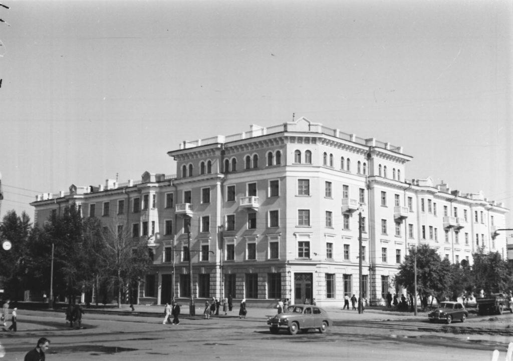 Новый жилой 45-квартирный дом на ул. Кирова (позже в нем находился центральный книжный магазин), 1953 г.