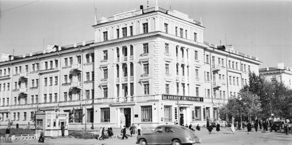 Новый жилой дом на пересечении улицы Кирова и улицы Советской (сейчас пр. Советский) (позже в нем находился магазин Лакомка), 1953 г.