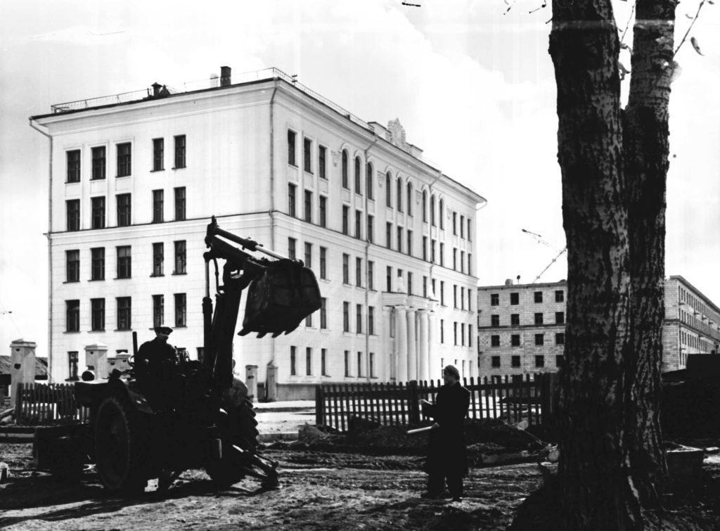 Здание новой средней школы N62 по ул. Весенней в городе Кемерово, 1958 г.