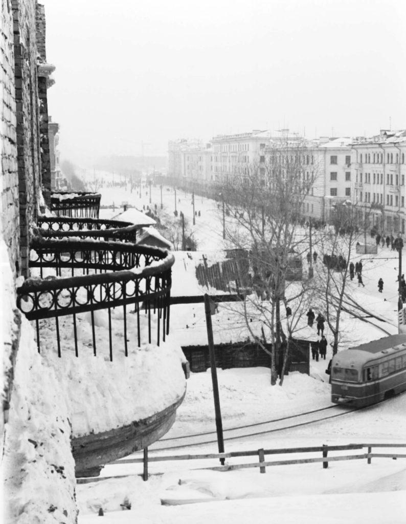 На Советской улице (сейчас пр. Советский) в месте пересечения ее с улицей Ленинградской (сейчас ул. Весенняя), 1955 г.