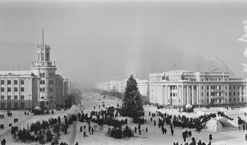 Новогодняя елка на площади Советов в дни школьных каникул, 1961 г.