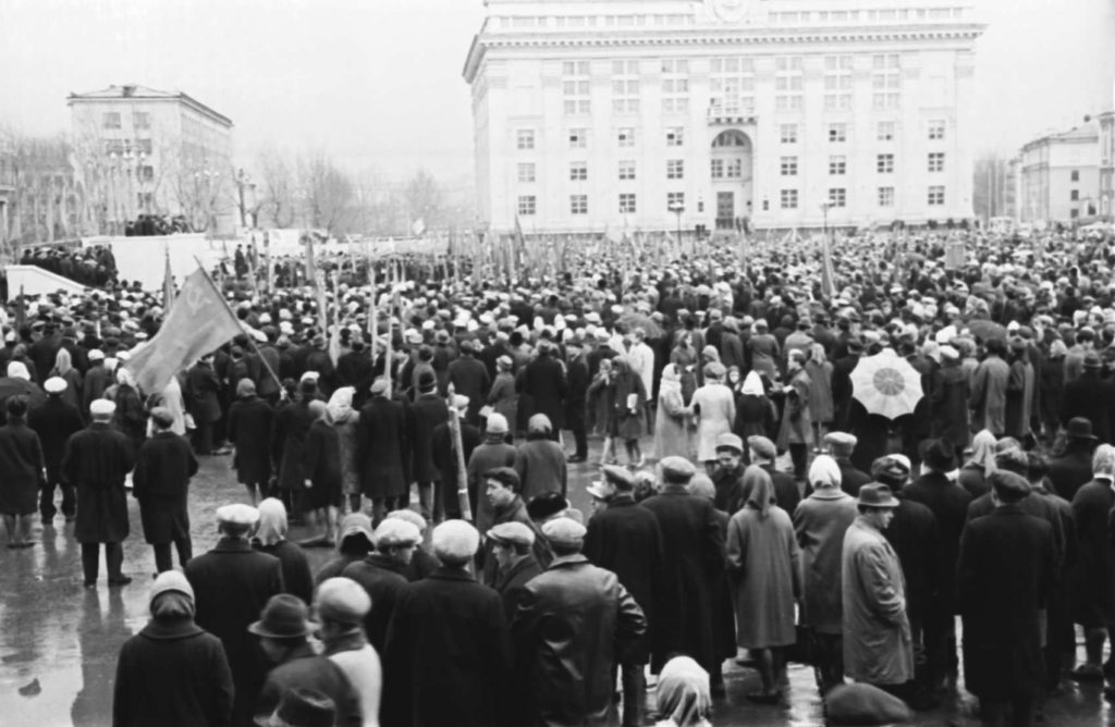 Митинг трудящихся на площади Советов по случаю вручения г. Кемерово знамени 50-летия Великой Октябрьской Социалистической революции, 1967 г.