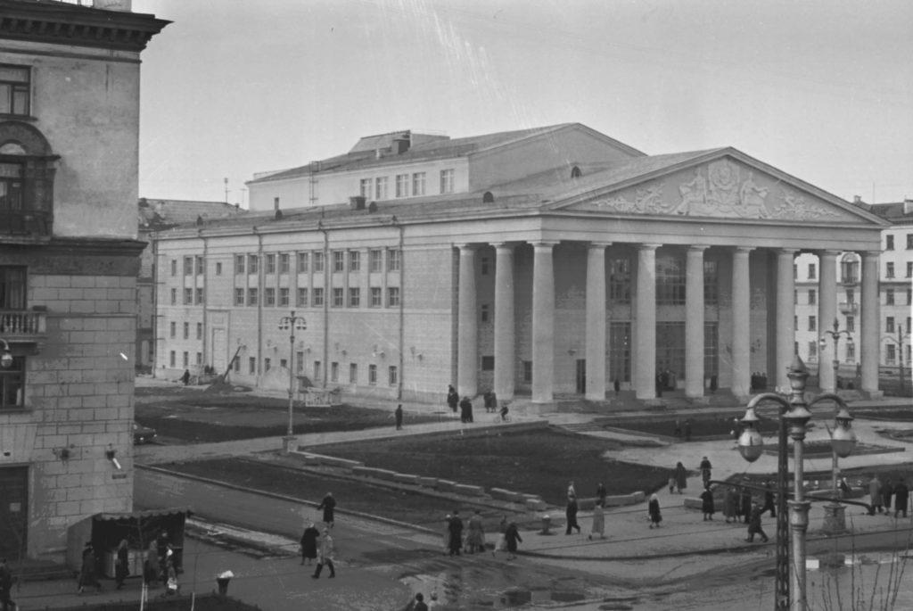 Общий вид здания областного драматического театра им. Луначарского в г. Кемерово, 1961 г.