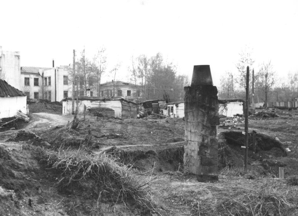 Больничный лог весной. На заднем плане здание городской Центральной больницы N3 г. Кемерово, 1960 г.