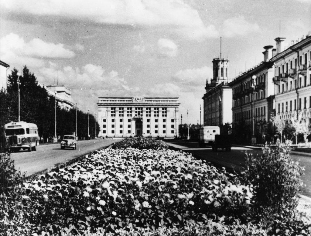 Советский проспект. Вид на здание обкома КПСС, 1960-е годы.