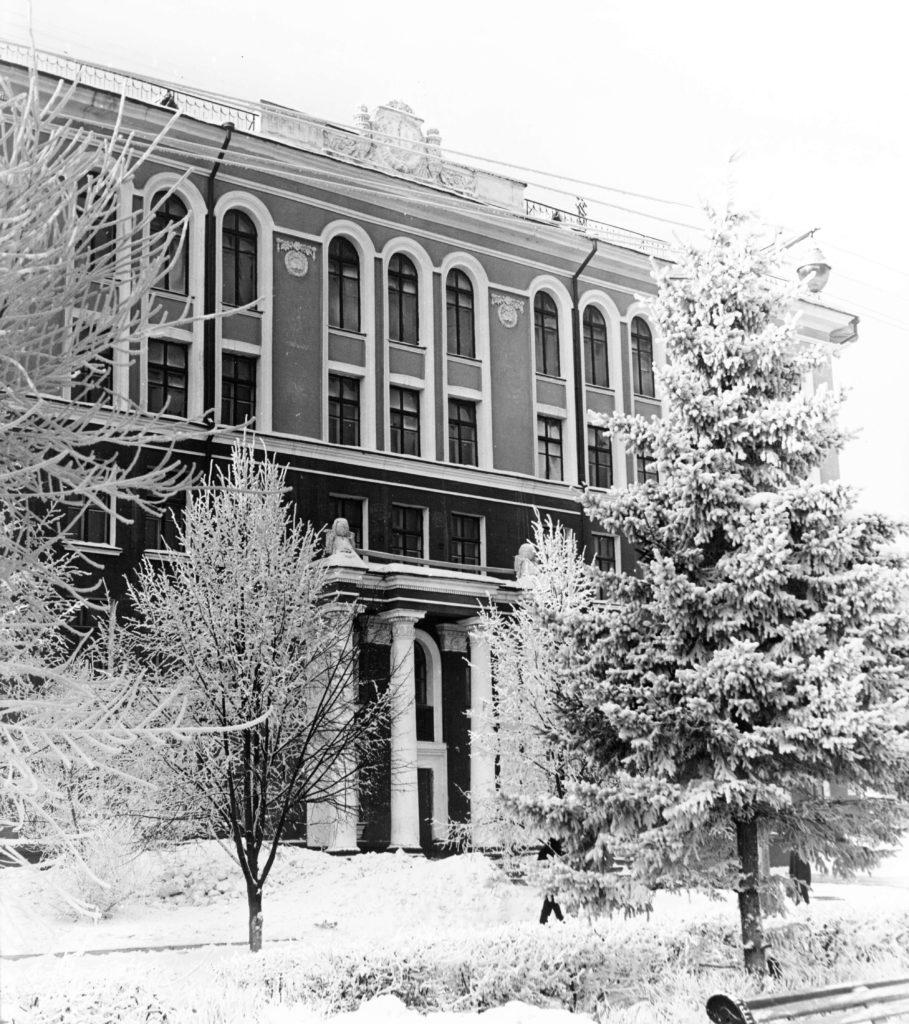 Здание средней школы N62 по ул. Весенней, 1960-е годы.