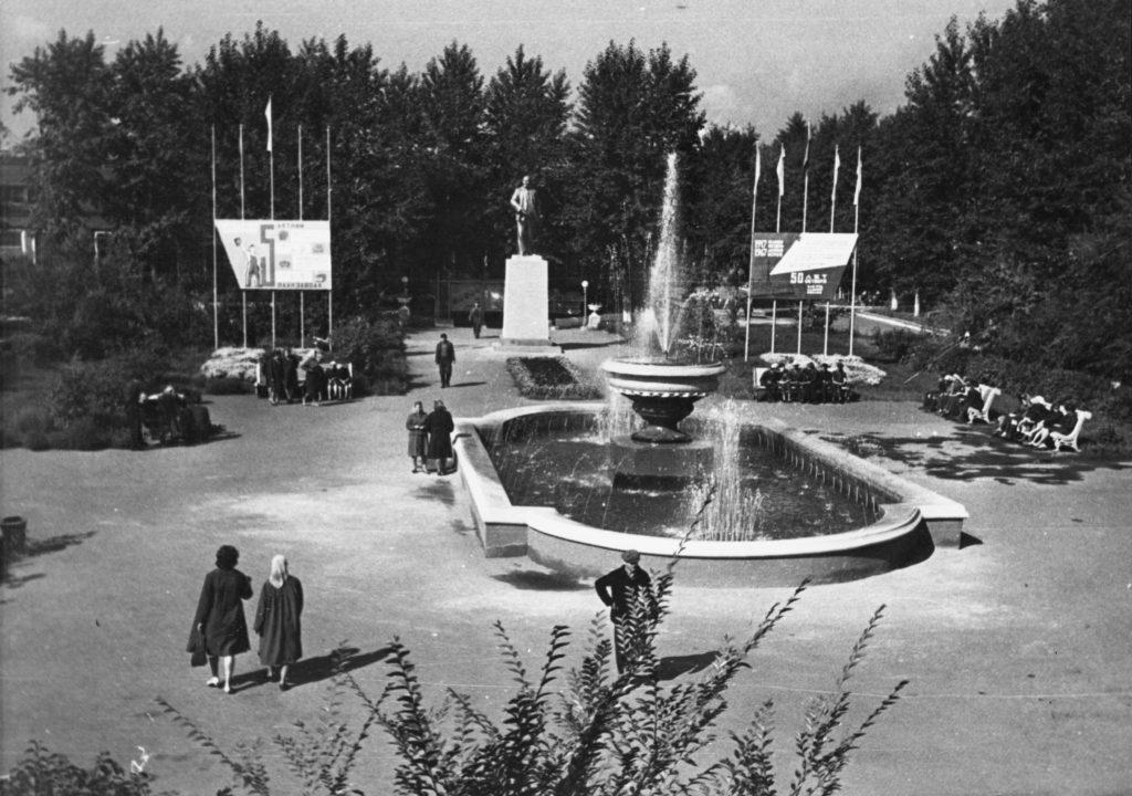Парк отдыха для рабочих на территории Кемеровского электромеханического завода (КЭМЗ), 1967 г.