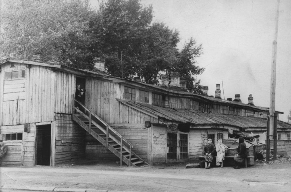 Жилой дом (каркасно-засыпной) для рабочих Кемеровской ГРЭС. Построен в 1932 г. Снесен в 1960 г. Вид со двора, 1960 г.