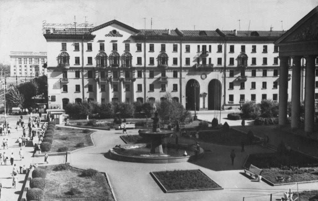 Сквер у драмтеатра в г. Кемерово, 1966 г.