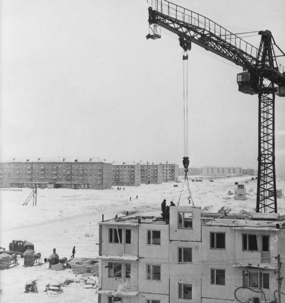 Монтаж крупнопанельных жилых домов в районе телецентра по ул. Учебной (сейчас ул. Гагарина), 1964 г.