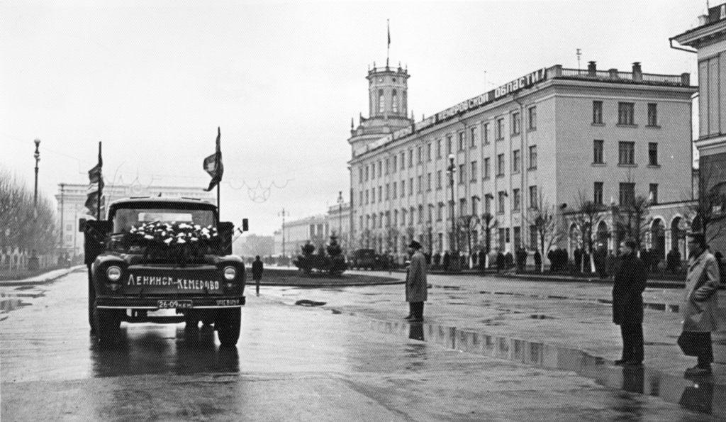 Колонна на улицах г. Кемерово, 1968 г.