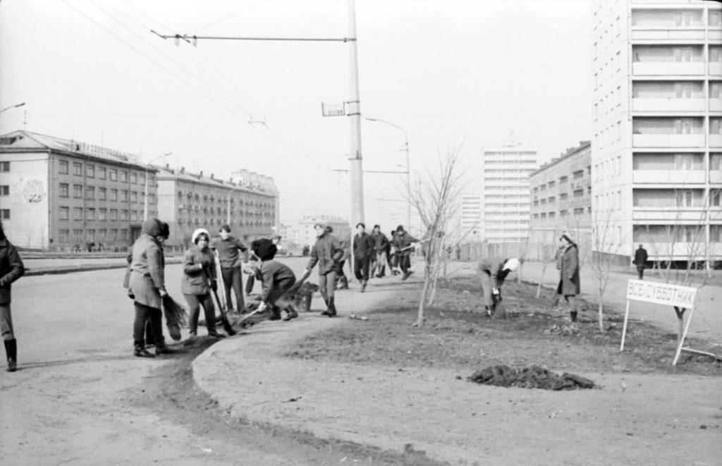Всесоюзный Ленинский субботник. Школьники убирают территорию на пр. Ленина, 1972 г.