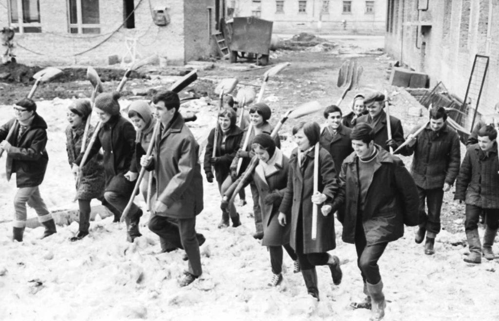Студенты Кузбасского политехнического института на Ленинском коммунистическом субботнике, 1972 г.