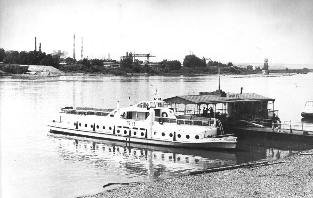 Речной вокзал. На заднем плане Коксохимичесий завод, 1970-е годы.