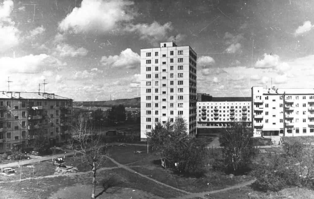Двенадцатиэтажный дом в районе пересечения Пионерского бульвара и проспекта Октябрьского, 1970-е годы.