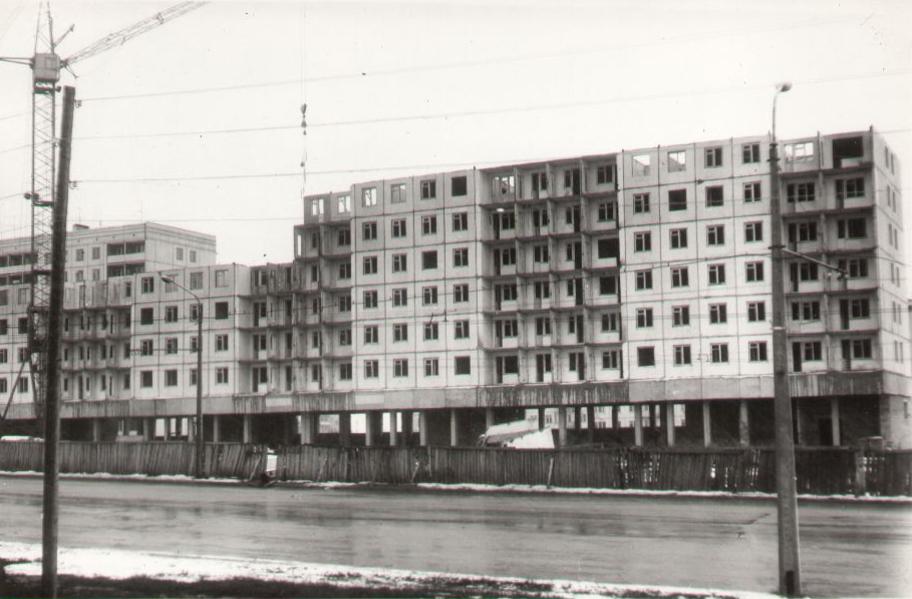 Жилой дом КХЗ по бульвару Строителей (магазин Олимпиец), 1974 г.