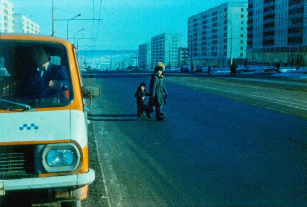 Проспект Ленина. На правой стороне магазины Мужская одежда и Дом книги, 1986 г.