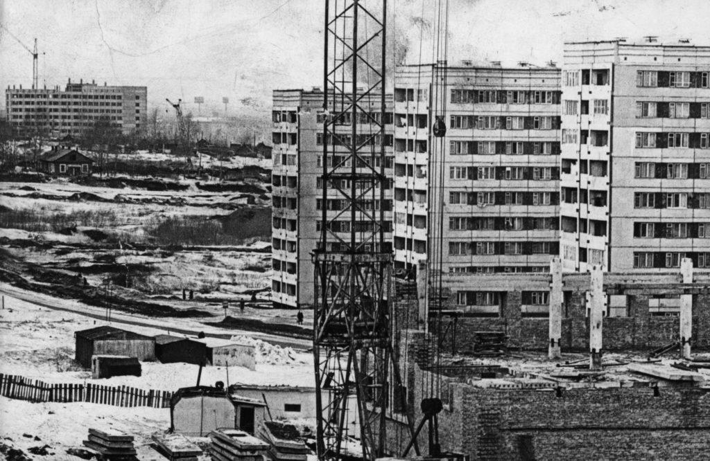 Проспект Октябрьский. Вид со строящейся бани, 1980-е годы.
