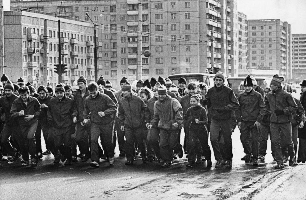 Члены клуба любителей бега г. Кемерово дают старт эстафете Мира, 1987 г.