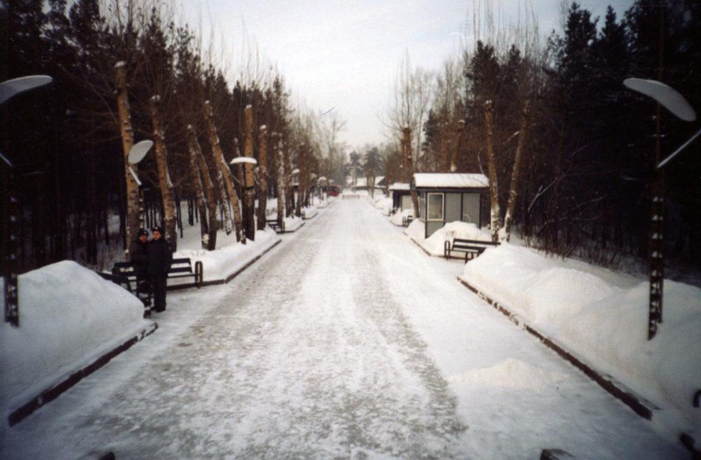 Аллея на Красной Горке, ведущая к монументу Памяти шахтерам Кузбасса, 2004 г.
